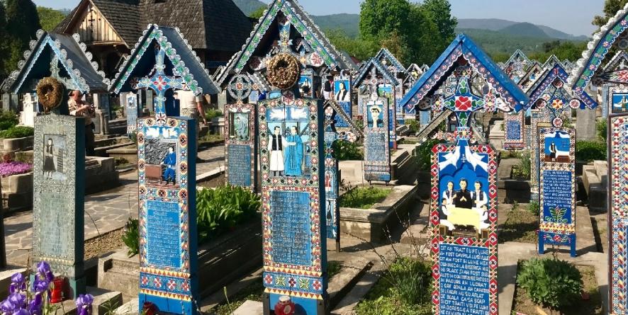 Presa italiană promovează Cimitirul Vesel din Săpânța, ca pe o irezistibilă atracție turistică de sorginte dacică