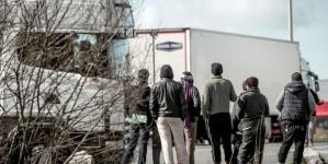 Români arestați fiindcă transportau migranți – între care și copii – într-un camion frigorific