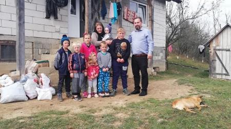 Sunt atâtea nevoi la casa cu opt copii și niciun tată, încât e nevoie de omenia și ajutorul nostru!