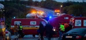 13 morți și 20 de răniți după ce un autocar a lovit un camion