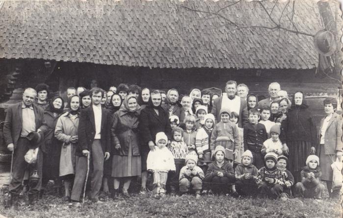 Expoziție de fotografii și obiecte vechi la biserica de lemn din Drăghia