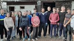 Tinerii ortodocși au dat o mână de ajutor în gospodăria unei familii din Groși