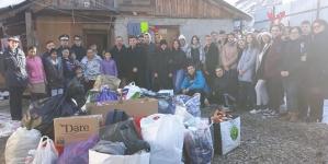 """O văduvă cu 14 copii a primit donații de la jandarmii și de la elevii de la """"Eminescu"""""""