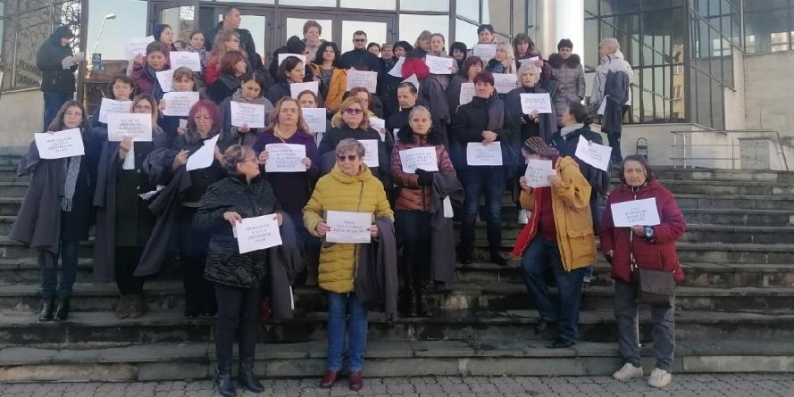 Grefierii protestează fiindcă li s-au abrogat pensiile ocupaționale (GALERIE FOTO și VIDEO)