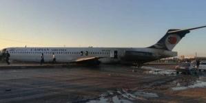 Un Boeing a derapat de pe pista de aterizare, ajungând de-a curmezișul unei autostrăzi
