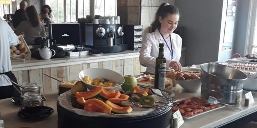 """Elevi de la """"Titulescu"""" în practică la restaurante din Lisabona"""