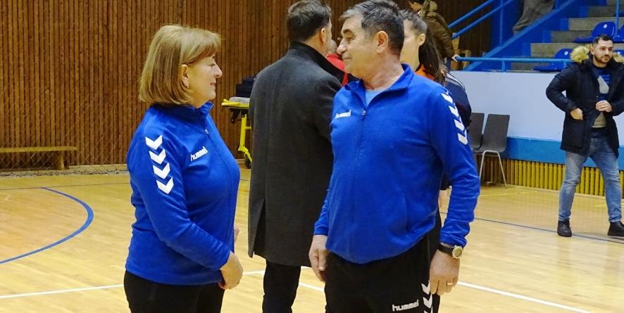 Jucătoarele de 15-16 ani de la CS Marta au condus în meciul cu vedetele de la CSM București, după care le-au cerut autografe!