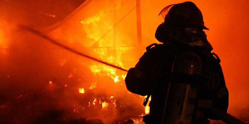 Două butelii de aragaz evacuate la vreme din imobilul în flăcări