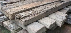 10 traverse de lemn pentru calea ferată, recuperate şi restituite din mâna hoțului