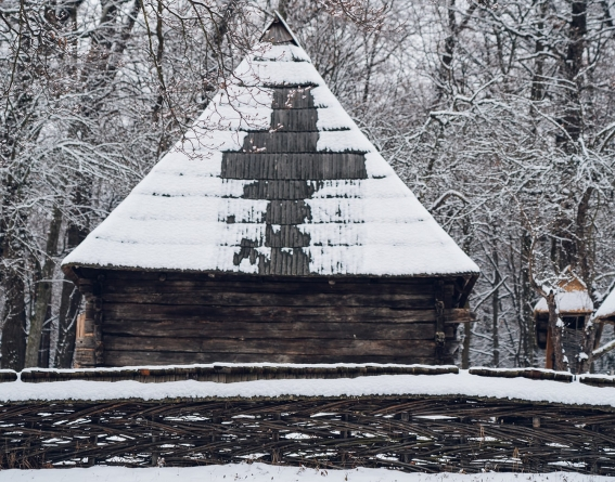 Semnul crucii a apărut pe acoperișul unei case din Maramureș, aflată în Muzeul Astra din Sibiu