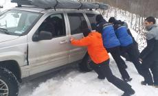 S-a blocat cu mașina în zăpadă și risca să cadă în prăpastie