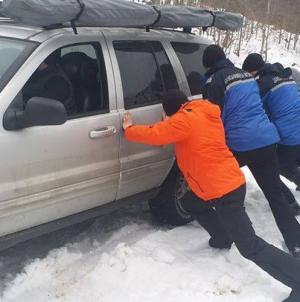 S-a blocat cu mașina în zăpadă și era riscul să cadă în prăpastie