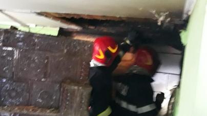 Cinci incendii în 24 de ore; focul a cuprins vegetație uscată, coșuri de fum, precum și un adăpost de animale