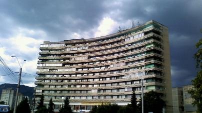 Obligativitate: Primăriile din Maramureș, obligate să monteze dispozitive cu soluții dezinfectante la toate intrările de bloc și să dezinfecteze spațiile comune