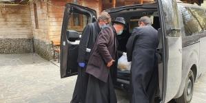 O nouă acțiune socială organizată la Bisericuța de Lemn din Baia Mare: Preoții au livrat din nou alimente nevoiașilor (GALERIE FOTO)