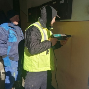 În Cavnic, s-au montat dispozitive cu soluții dezinfectante la toate blocurile de locuințe (GALERIE FOTO)