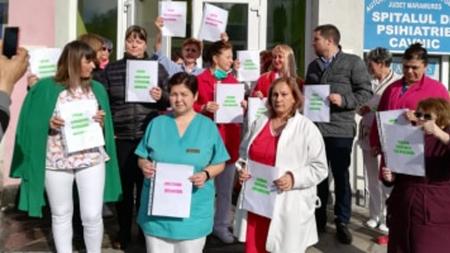 Angajații Spitalului din Cavnic au protestat în fața instituției, nemulțumiți de inechitățile salariale