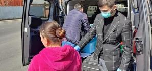 Încă o acțiune socială la Bisericuța de Lemn din Baia Mare: Pachete igienico-sanitare pentru nevoiașii din municipiu (GALERIE FOTO)