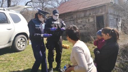 Maramureșenii rămân uniți!: O familie nevoiașă din Măgureni, ajutată cu alimente de polițiști; Mesajul emoționant al oamenilor legii (GALERIE FOTO)