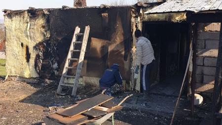 """""""Construiește o casă, zidește suflete"""": Un maramureșean are nevoie de ajutor după ce focul i-a distrus casa și atelierul de tâmplărie (GALERIE FOTO)"""